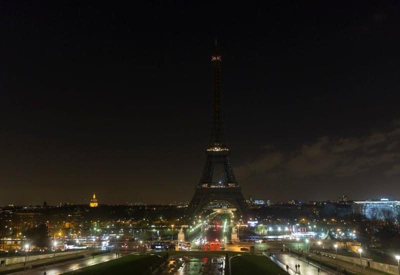 В Париже погасла Эйфелева башня в память о жертвах теракта в Страсбурге