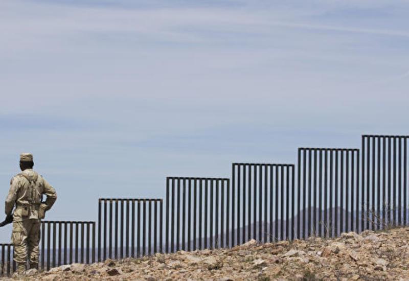 В США на границе с Мексикой задержали группу мигрантов