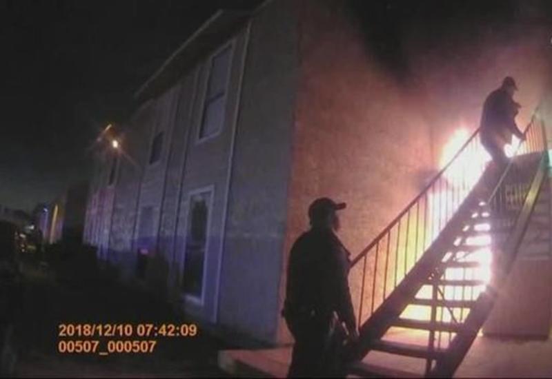 """Полицейский поймал выпрыгнувшего из горящего дома ребенка <span class=""""color_red"""">- ВИДЕО</span>"""