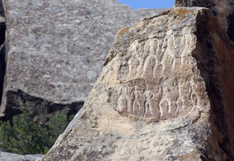 "CNN представил репортаж о Гобустане: Древняя земля, где камни могут петь <span class=""color_red"">- ФОТО - ВИДЕО</span>"