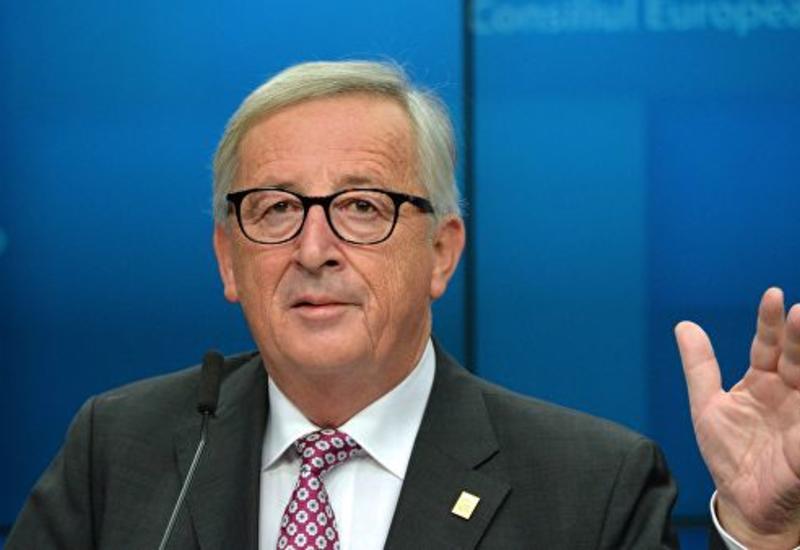Юнкер на саммите Евросоюза швырнул на пол пачку документов