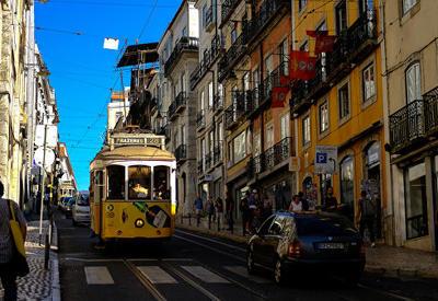 """В Лиссабоне трамвай сошел с рельсов: пострадали 28 человек <span class=""""color_red"""">- ОБНОВЛЕНО - ВИДЕО</span>"""