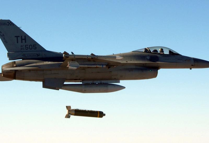 """ВВС Ирака нанесли удар по позициям """"ИГ"""" в Сирии"""