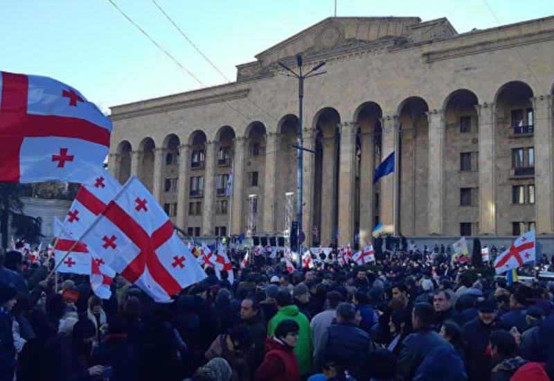 В Тбилиси оппозиционеры расставили палатки перед зданием парламента