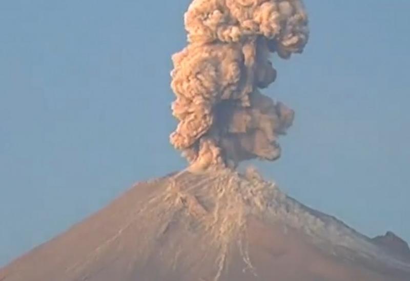 """Момент извержения вулкана Попокатепетль в Мексике попал на камеры <span class=""""color_red"""">- ВИДЕО</span>"""