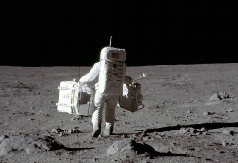 Ботинок первого человека на Луне продали на аукционе