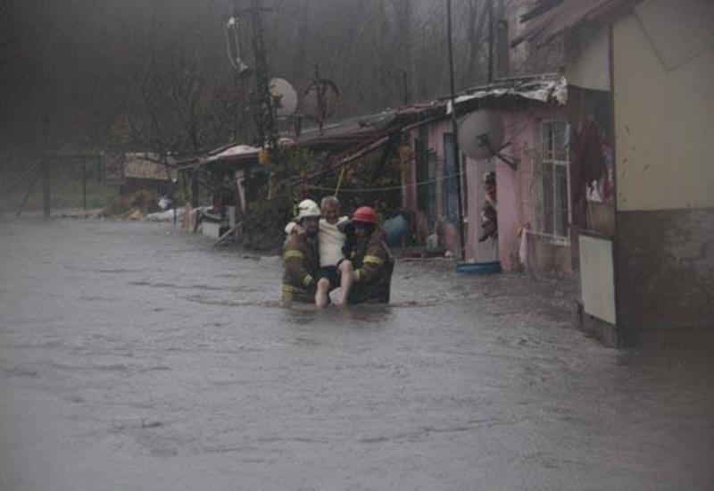 """В Стамбуле бушует сильный шторм, эвакуированы люди <span class=""""color_red"""">- ФОТО</span>"""