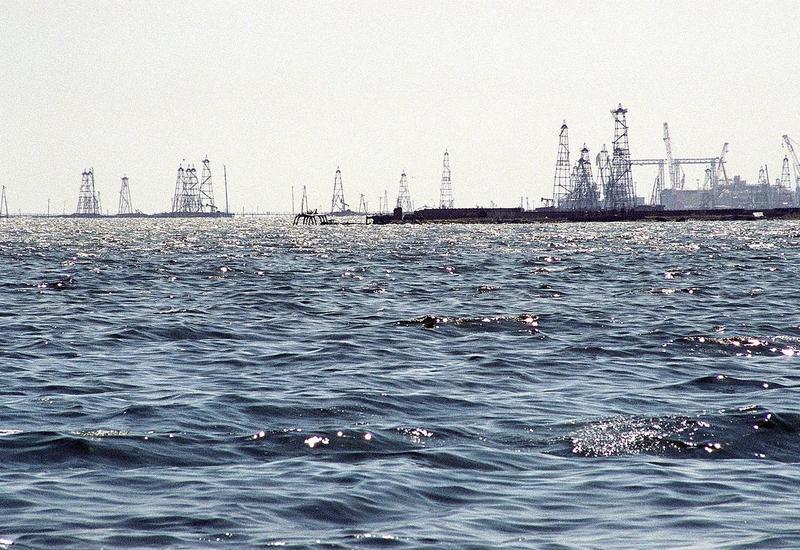 В Каспийском море пропал без вести нефтяник