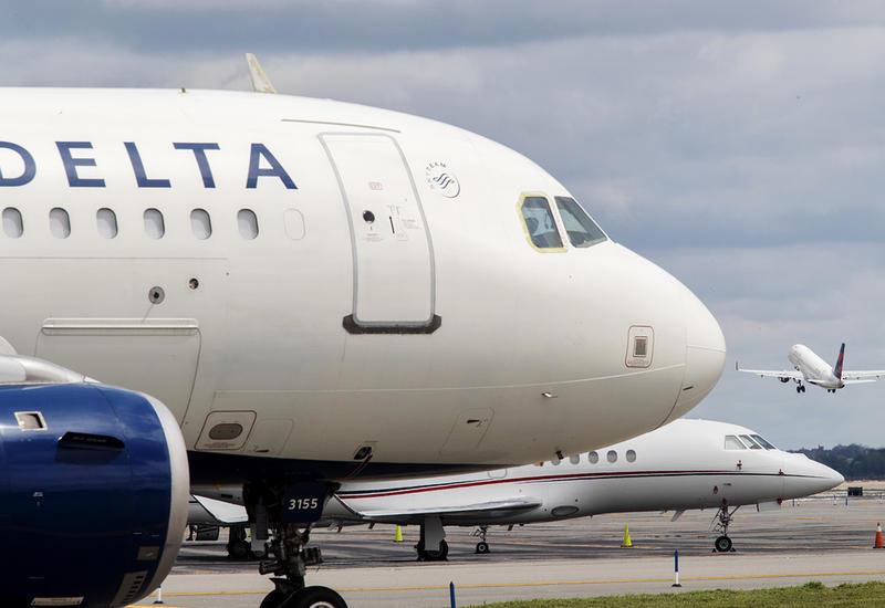 В Канаде пассажирский самолет выкатился за пределы взлетной полосы