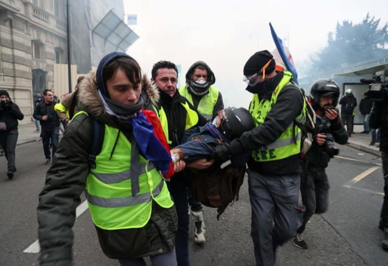 """""""Желтые жилеты"""" во Франции разгромили офис депутата правящей партии"""