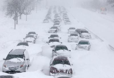 """Снегопад в США спровоцировал транспортный коллапс <span class=""""color_red"""">- ВИДЕО</span>"""