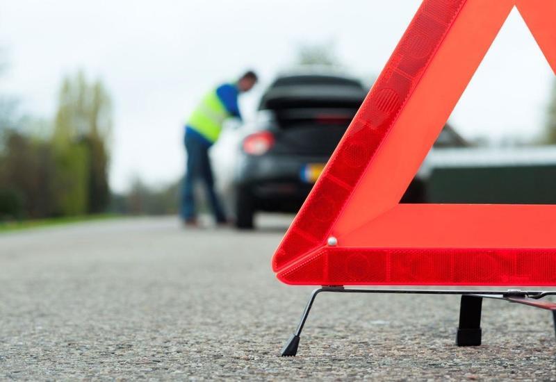 В Азербайджане перевернулся автомобиль, водитель получил травмы