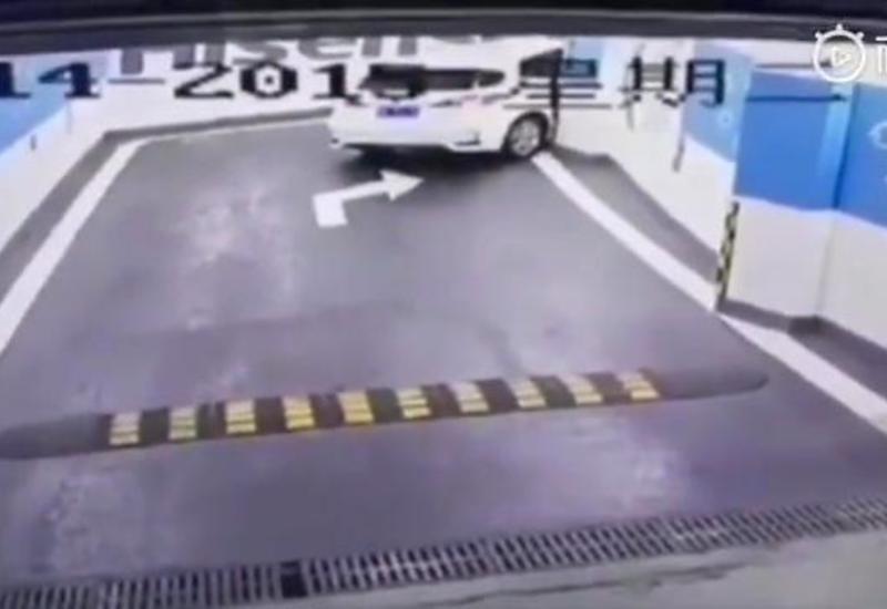 Водитель, сдавая задним ходом, виртуозно совершил «параллельную парковку»