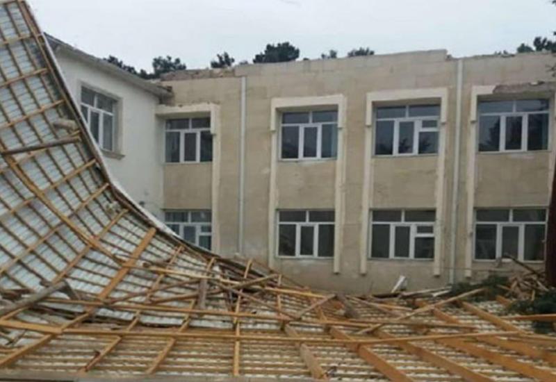 От ураганного ветра в Баку пострадал ряд школ