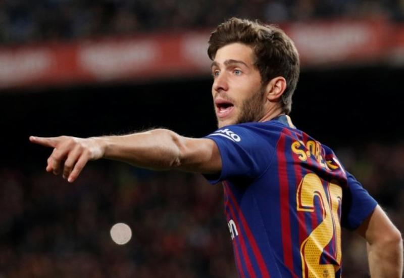 """Игрок «Барселоны» отдал футболку фанату и заставил его рыдать в плечо девушки <span class=""""color_red"""">- ВИДЕО</span>"""
