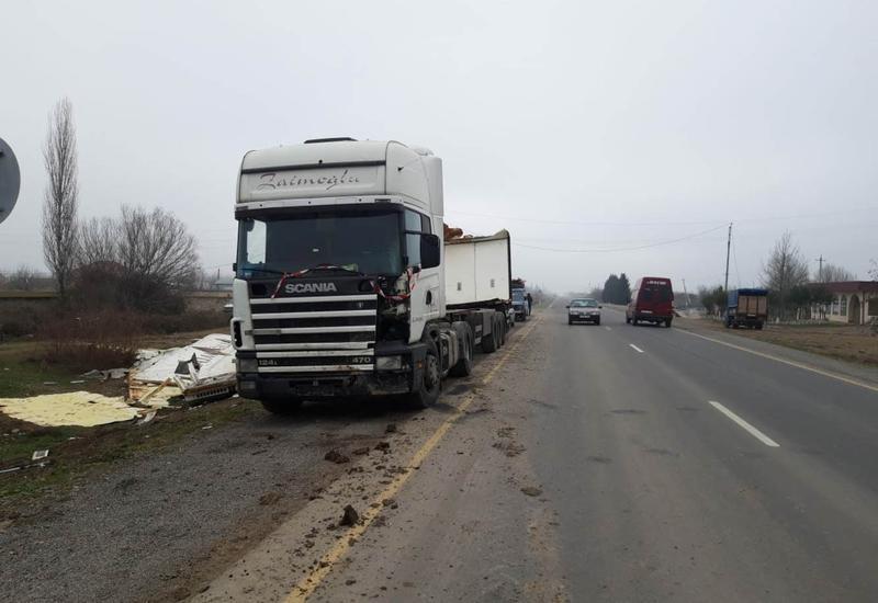 """В Азербайджане столкнулись грузовик и легковушка, есть пострадавший <span class=""""color_red"""">- ФОТО</span>"""