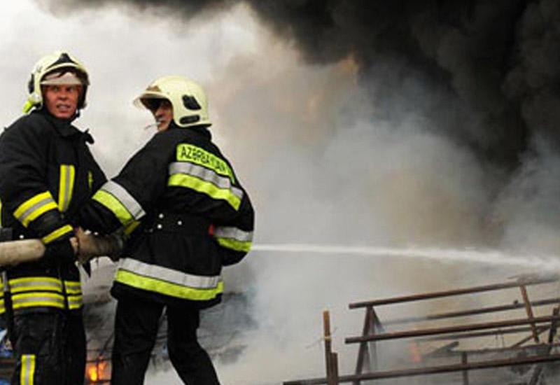 Сильный пожар на рынке в Баку
