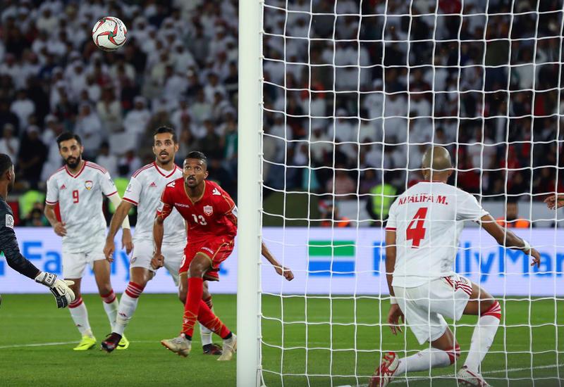 За победу над сборной ОАЭ разъяренные фанаты забросали футболистов Катара тапками
