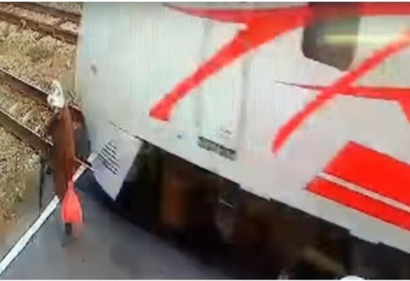 Бабушка чуть не стала жертвой проносящегося на большой скорости поезда
