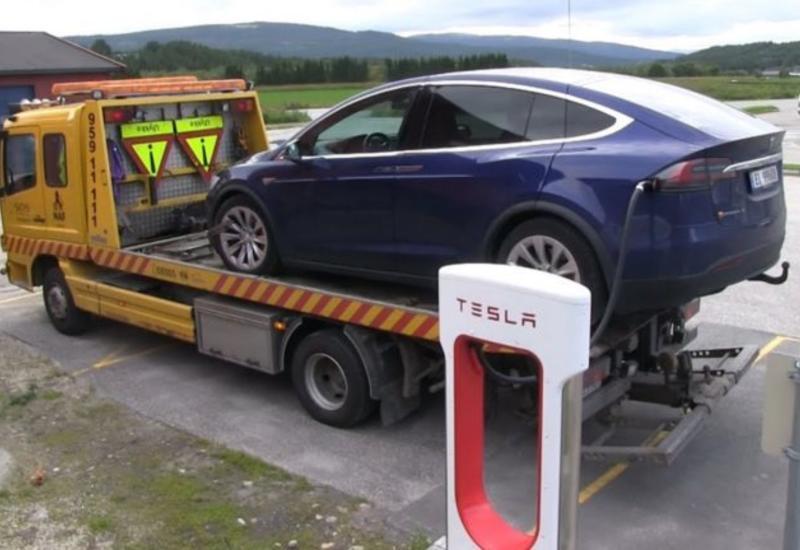 Автомобили Tesla смогут сами вызвать эвакуатор в случае поломки