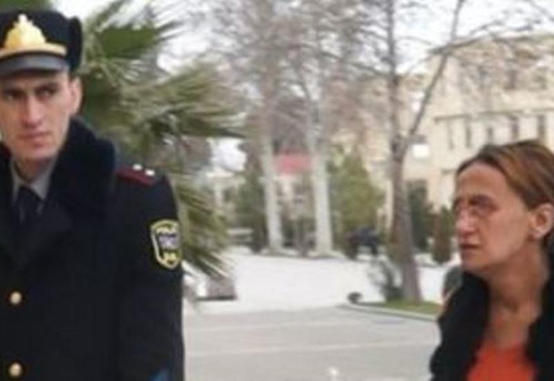 Uşaqlarını küçəyə atan ana polisdə dindirildi - FOTO