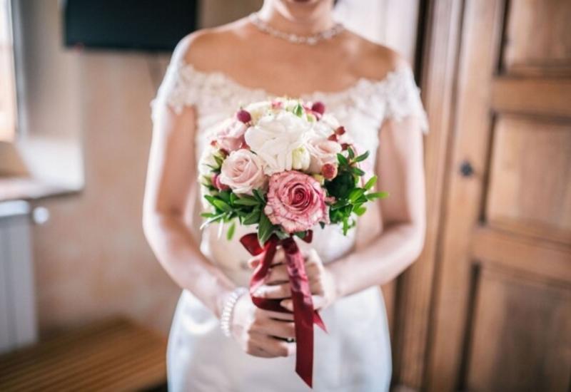 Неподобающее платье свекрови на свадьбе шокировало невесту