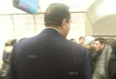 """Самого богатого азербайджанского певца неожиданно застали в метро <span class=""""color_red""""> - ФОТО</span>"""