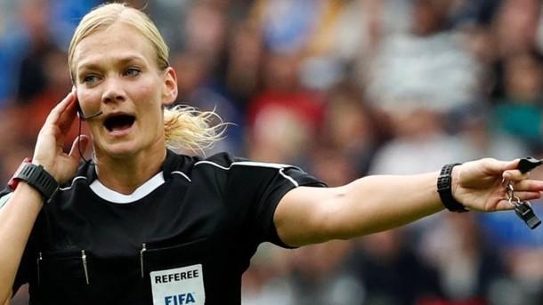ВИране отменили показ матча Бундеслиги из-за женщины-арбитра
