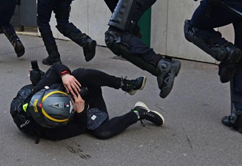 """Во Франции """"желтые жилеты"""" напали на машину с полицейскими"""