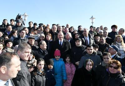 """Президент Ильхам Алиев встретился с жителями Сумгайыта на городском приморском бульваре <span class=""""color_red"""">- ФОТО</span>"""