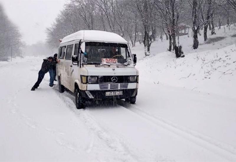 Снег парализовал движение на дороге Баку-Шамахы