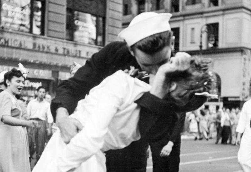 "В США умер моряк со знаменитого фото ""Поцелуй на Таймс-сквер"""