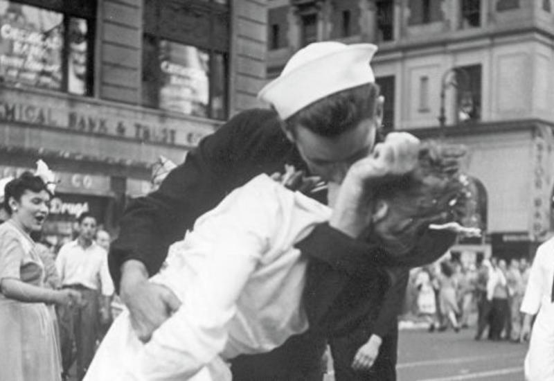 """В США вандалы осквернили знаменитую статую целующихся моряка и медсестры <span class=""""color_red"""">- ФОТО</span>"""