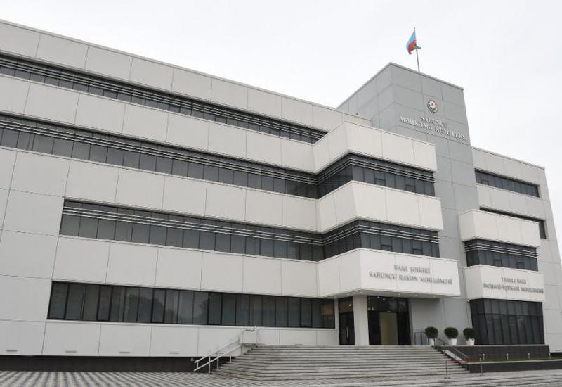 В Баку женщина попыталась избить судью и прокурора