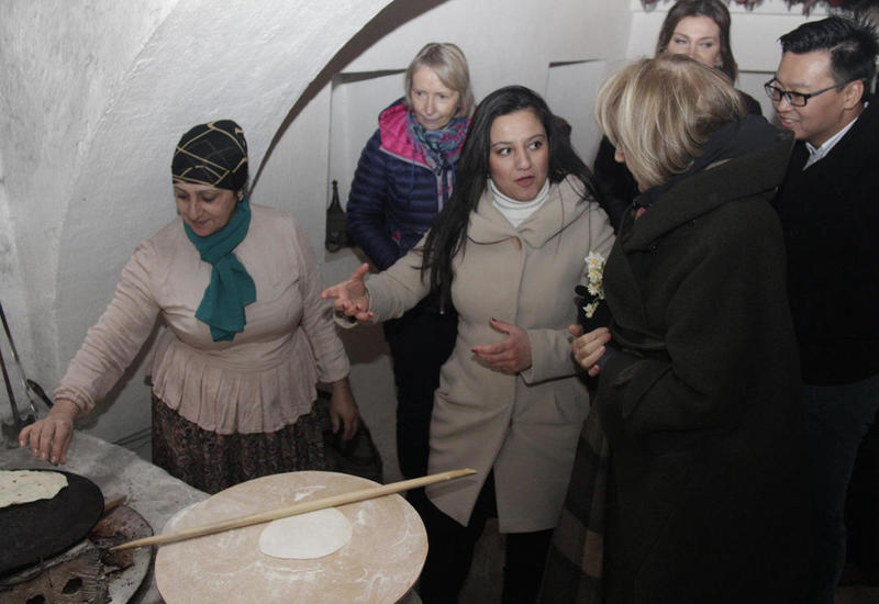 "Британская баронесса приготовила кутабы в Баку <span class=""color_red"">- ФОТО</span>"