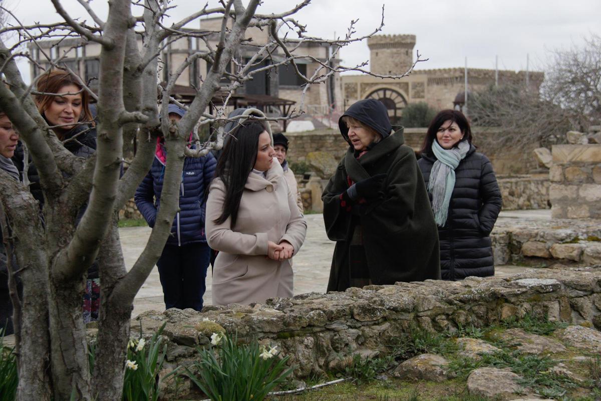 Британская баронесса приготовила кутабы в Баку