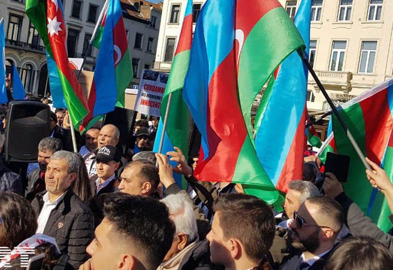 """Массовый митинг азербайджанцев в Брюсселе <span class=""""color_red"""">- ПРЯМАЯ ТРАНСЛЯЦИЯ </span>"""