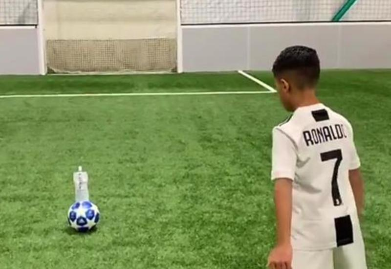 Мальчик повторил ботл-флип челлендж Месси в футболке Криштиану