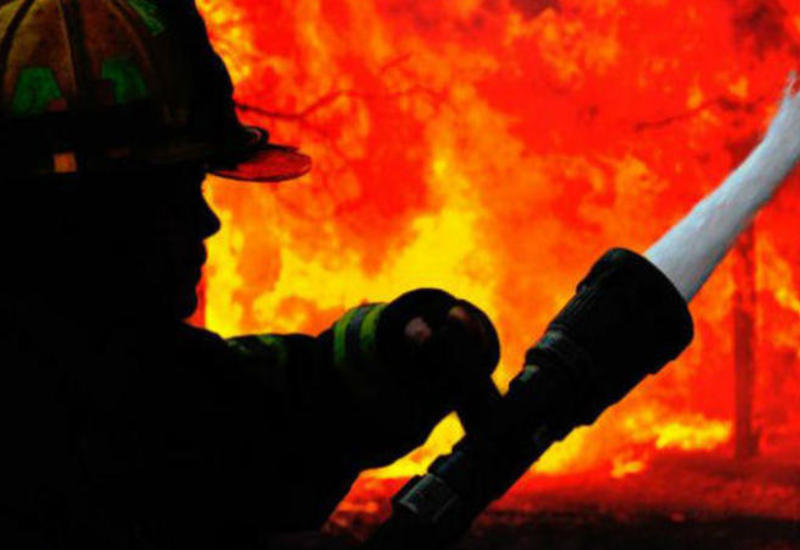 В России сгорел дом XIX века, жители эвакуированы
