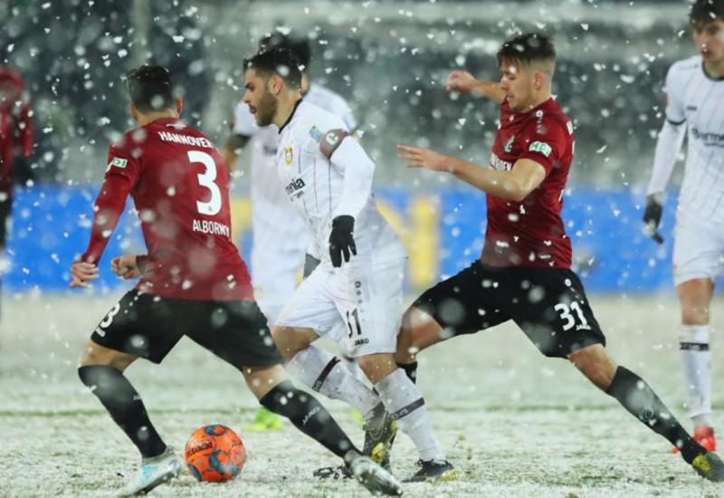 Снегопад помешал футболисту забить в пустые ворота