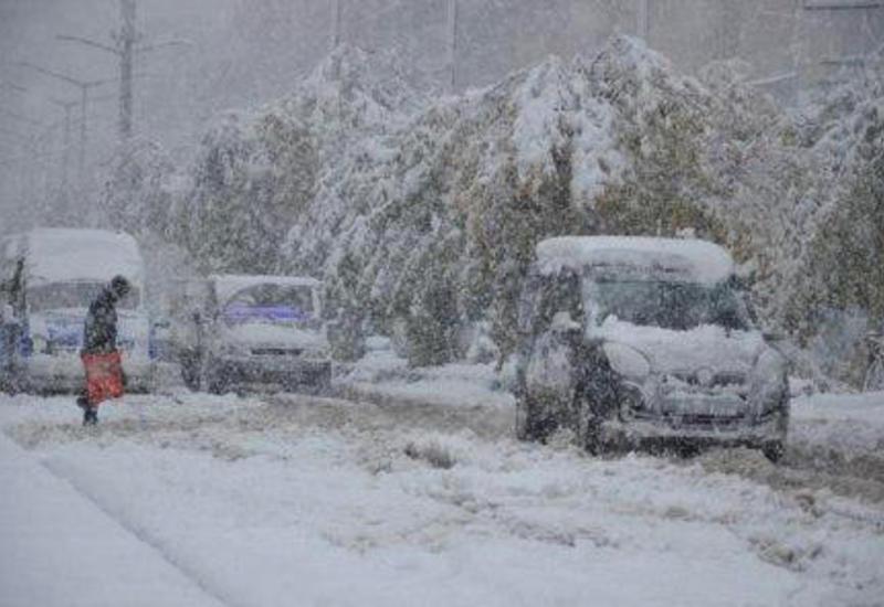 Сильный снегопад в Турции: десятки населенных пунктов отрезаны от внешнего мира