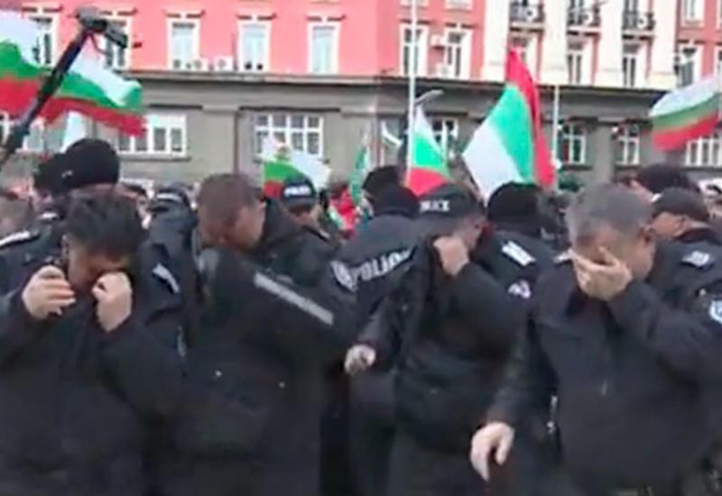 Полиция обрызгала сама себя слезоточивым газом на митинге в Болгарии