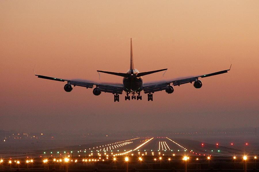 фото пассажирского самолета идет на посадку бизнесу, предположительно, был