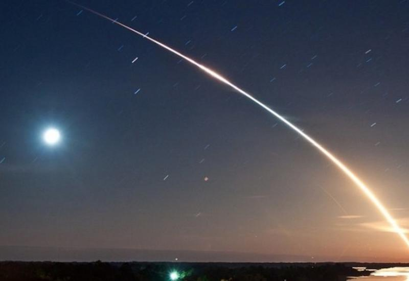 Момент взрыва метеорита над морем попал на камеры