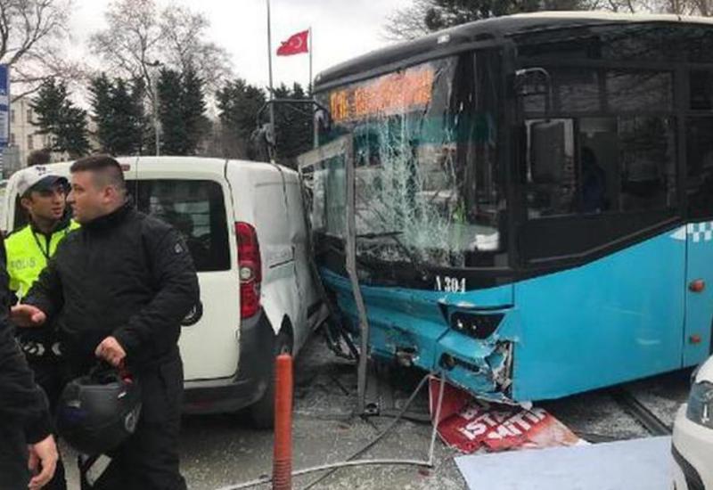 Автобус с отказавшими тормозами врезался в пешеходов в Стамбуле