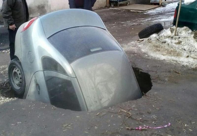 В России легковой автомобиль провалился под асфальт