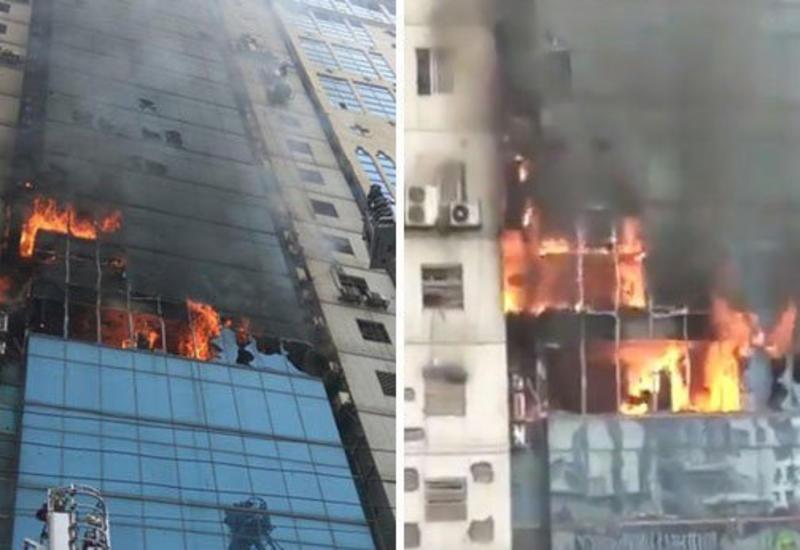 Люди выпрыгивают из окон горящего небоскреба в Дакке