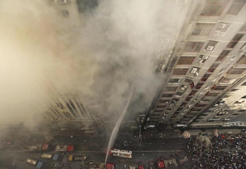 Пожар в небоскребе в столице Бангладеш: люди выпрыгивают из окон