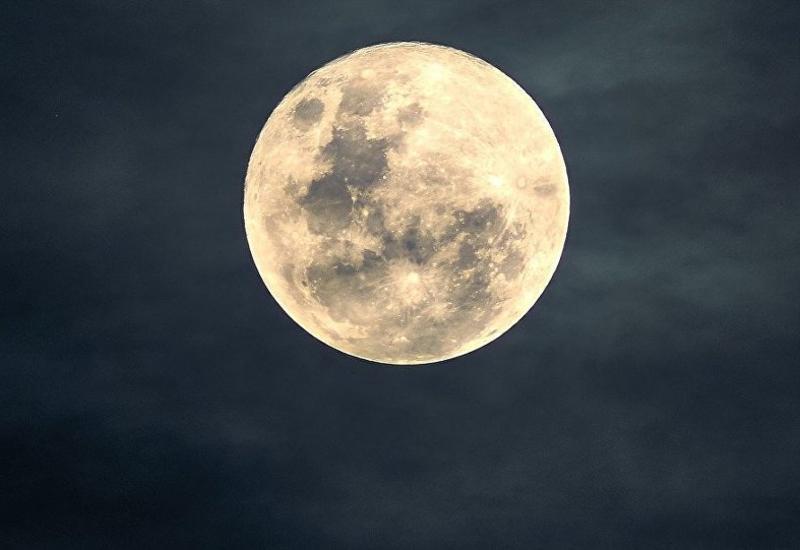НЛО над поверхностью Луны