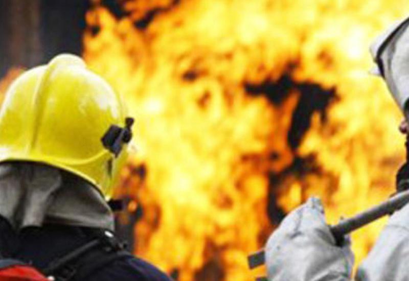Сильный пожар в одноэтажном здании в Баку
